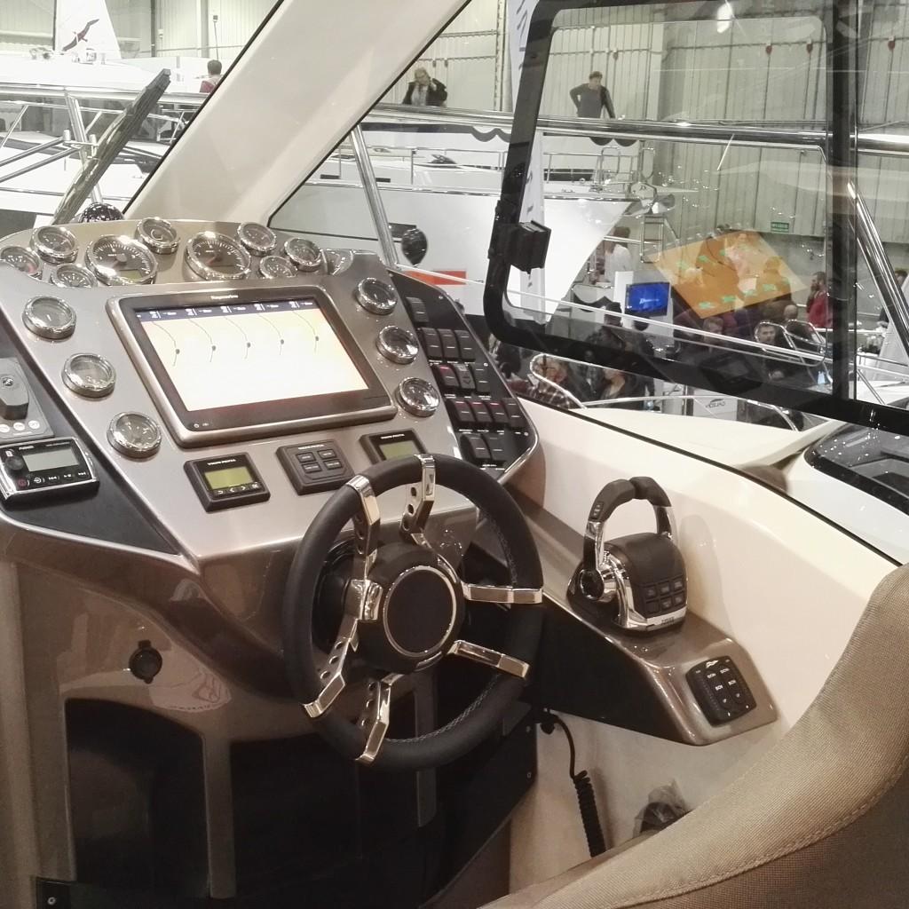 jachty motorowe najwyższej klasy panel sternika